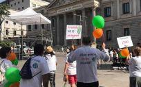 La Asociación Madrileña de Fibrosis Quística se manifiesta en las puertas del Congreso de Diputados (Foto. Facebok Asociación Madrileña de Fibrosis Quística)