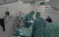 Cirujanos trabajando en la técnica (Foto. YoutubeQuirónsalud)
