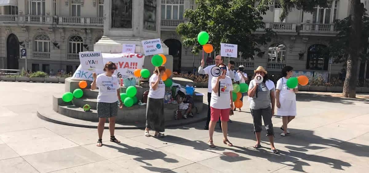Afectados por Fibrosis Quística manifestándose frente al Congreso de Diputados (Foto. Twitter AMFQ)