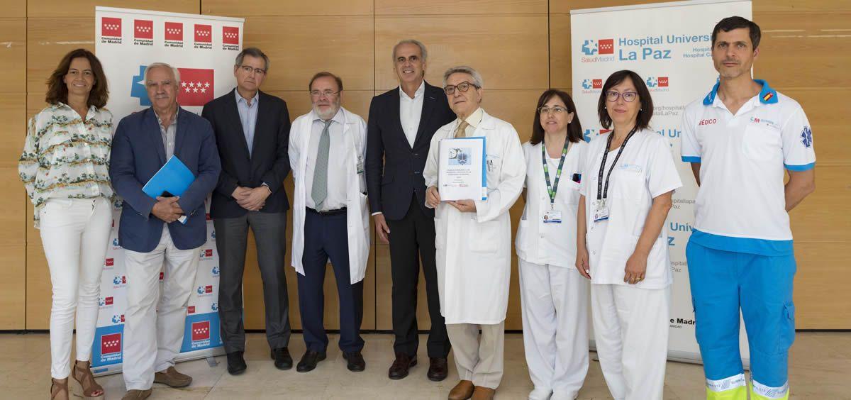 Enrique Ruiz Escudero en su visita a la Unidad de Ictus del Hospital Universitario La Paz (Foto. ConSalud)
