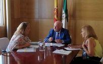 El consejero de Salud y Familias de la Junta de Andalucía, Jesús Aguirre, reunido con la Fundación Luzon (Foto. Junta de Andalucía)
