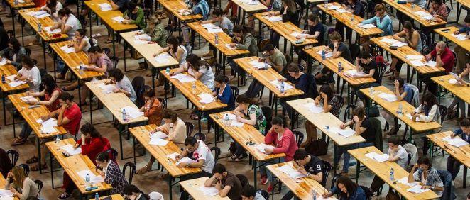 Alumnos en la realización de un examen (Foto. Satse)