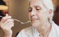 Persona mayor comiendo (Foto, Freepik)