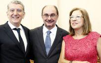 De izquierda a derecha. Sebastián Celaya (exconsejero), Javier Lambán (presidente del Gobierno de Aragón) y Pilar Ventura (consejera de Sanidad en funciones).