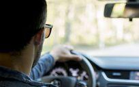 Persona con gafas conduciendo (Foto. Freepik)