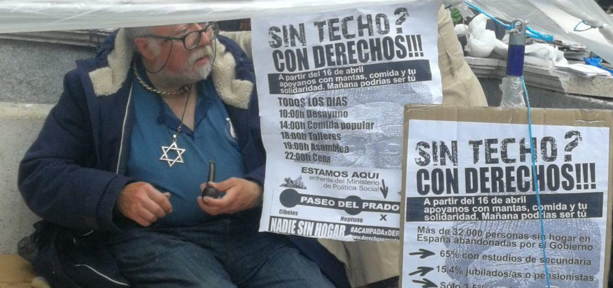 Estas personas sin hogar llevan más de tres meses acampados frente al Ministerio de Sanidad. (Foto. Twitter @activistas red)