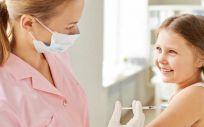 Niña recibiendo una vacuna (Foto. Freepik)