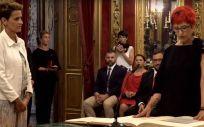 Santos Induráin junto a la presidenta del Gobierno de Navarra, María Chivite, en la toma de posesión de su cargo como consejera de Salud.