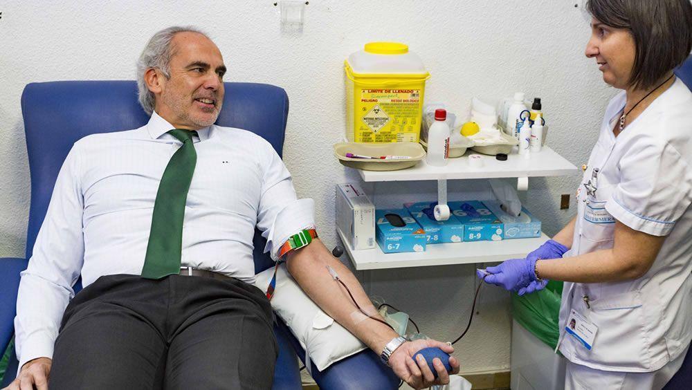 El consejero de Sanidad en funciones, Enrique Ruiz Escudero, dando ejemplo donando sangre (Foto. Consejería de Sanidad)