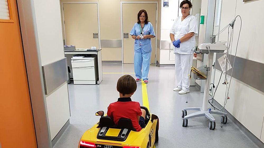 Los niños, camino al quirófano en un cochecito deportivo