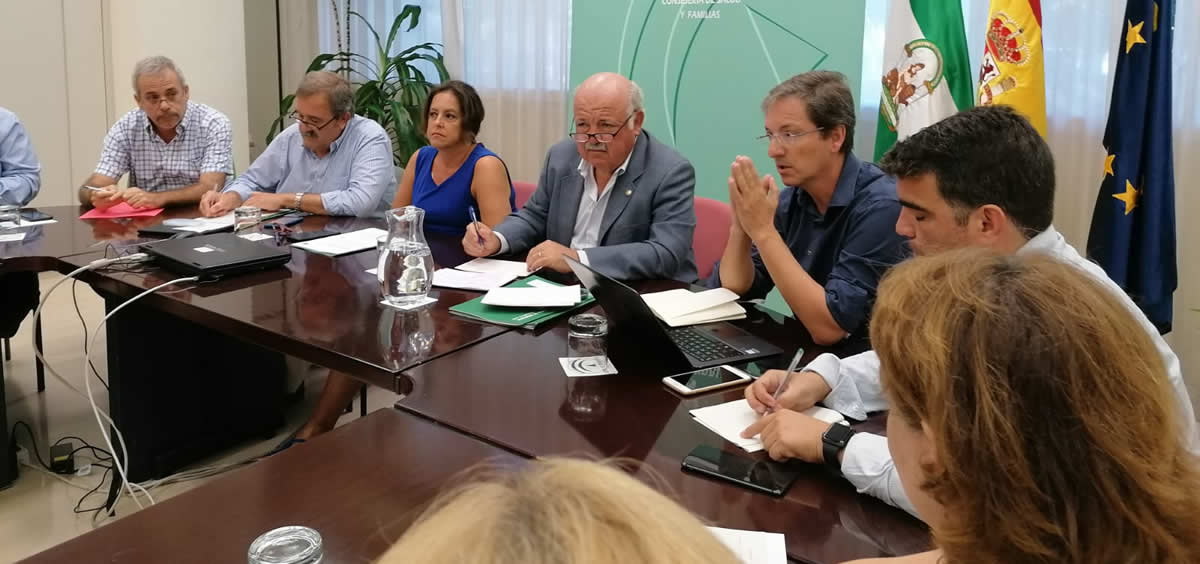 Jesús Aguirre, consejero de Salud, reunido para debatir las novedades sobre la listeriosis (Foto. Twitter Consejería de Salud)
