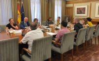 Los representantes del Ministerio de Sanidad, Consumo y Bienestar Social, durante su encuentro con el Consejo de la Juventud de España y entidades de VIH y sida (Foto. @sanidadgob)