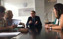 El consejero de Salud del Principado de Asturias, Pablo Fernández Muñiz, durante su reunión con las representantes de Satse (Foto. @GobAsturias)