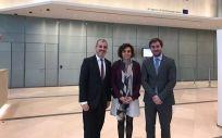 De izq. a drcha.: Jaume Collboni, Dolors Montserrat y Antoni Comín en la sede actual de la EMA en Londres