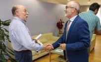 Vicente Alonso y Miguel Rodríguez se saludan al inicio de la reunión. (Foto. Miguel López - Gobierno de Cantabria)