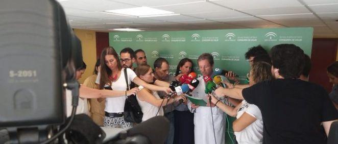 El responsable de Enfermedades Infecciosas del Virgen del Rocío informando sobre el brote de listeriosis