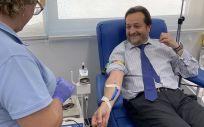 El viceconsejero de Sanidad de la Comunidad de Madrid, Fernando Prados Roa, donando sangre (Foto. @fpradosroa)