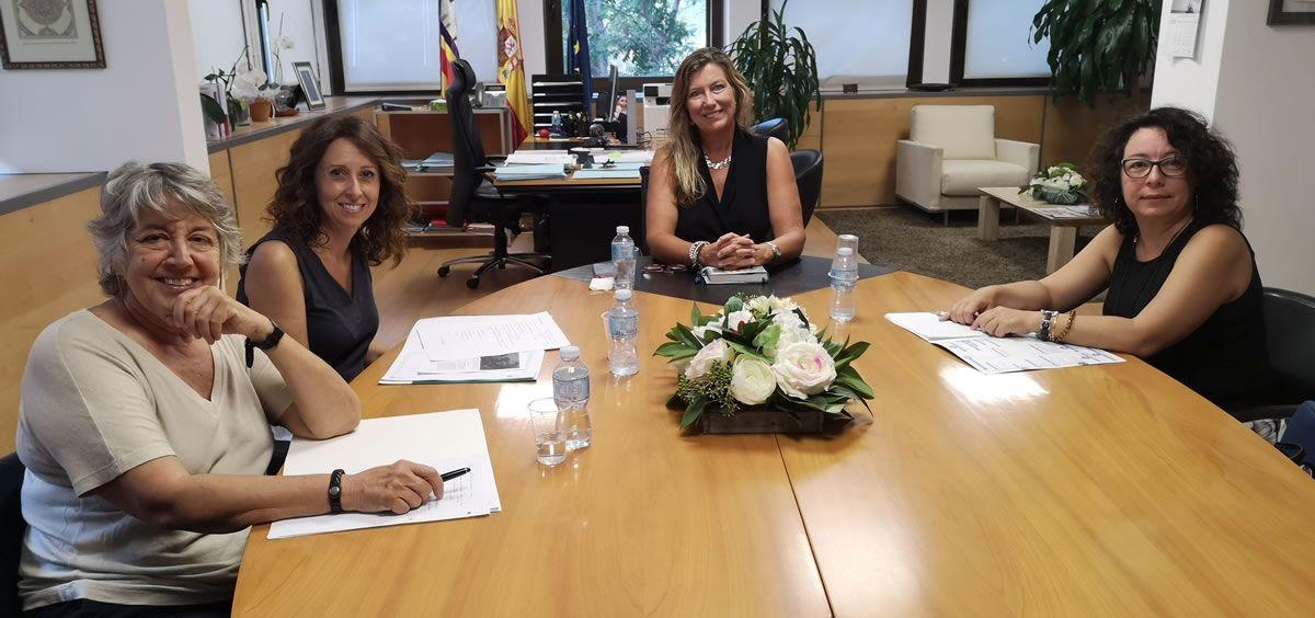 Patricia Gómez, durante la reunión con las representantes de Nursing Now en Baleares (Foto. Consejería de Salud y Consumo)