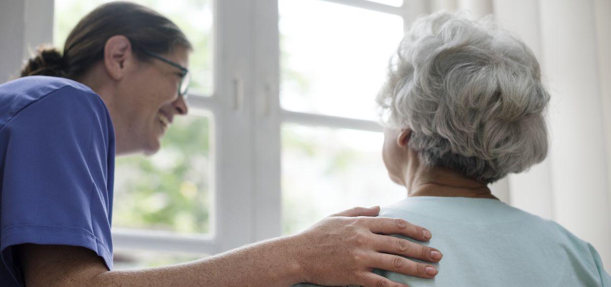 Médica cuidando a una anciana (Foto. Freepik)