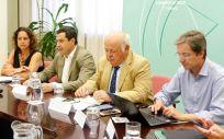 El presidente de la Junta de Andalucía, Juanma Moreno, presidiendo el comité de seguimiento del brote de listeriosis (Foto: @JuanMa_Moreno)