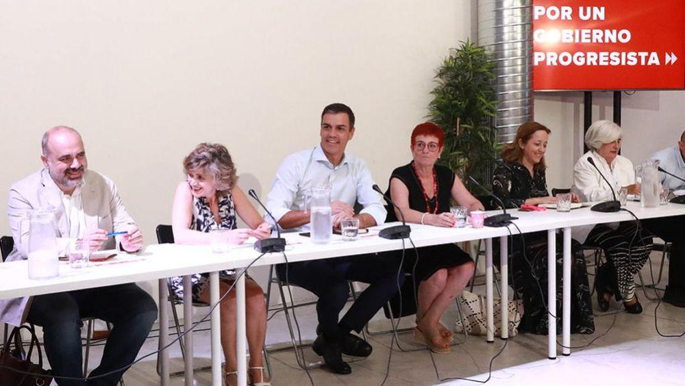 Pedro Sánchez y María Luisa Carcedo en la anterior reunión con colectivos sanitarios (Foto: PSOE)