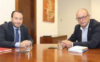 El consejero de Educación, Carlos Gimeno, y el rector de la Universidad Pública de Navarra, Ramón Gonzalo (Foto. Navarra.es)