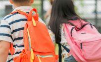 NIños con mochilas escolares (Foto. Freepik)