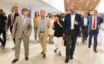El presidente de Castilla La Mancha, Emiliano García Page, y el consejero de Sanidad, Jesús Fernández Sanz (Foto. Sescam)