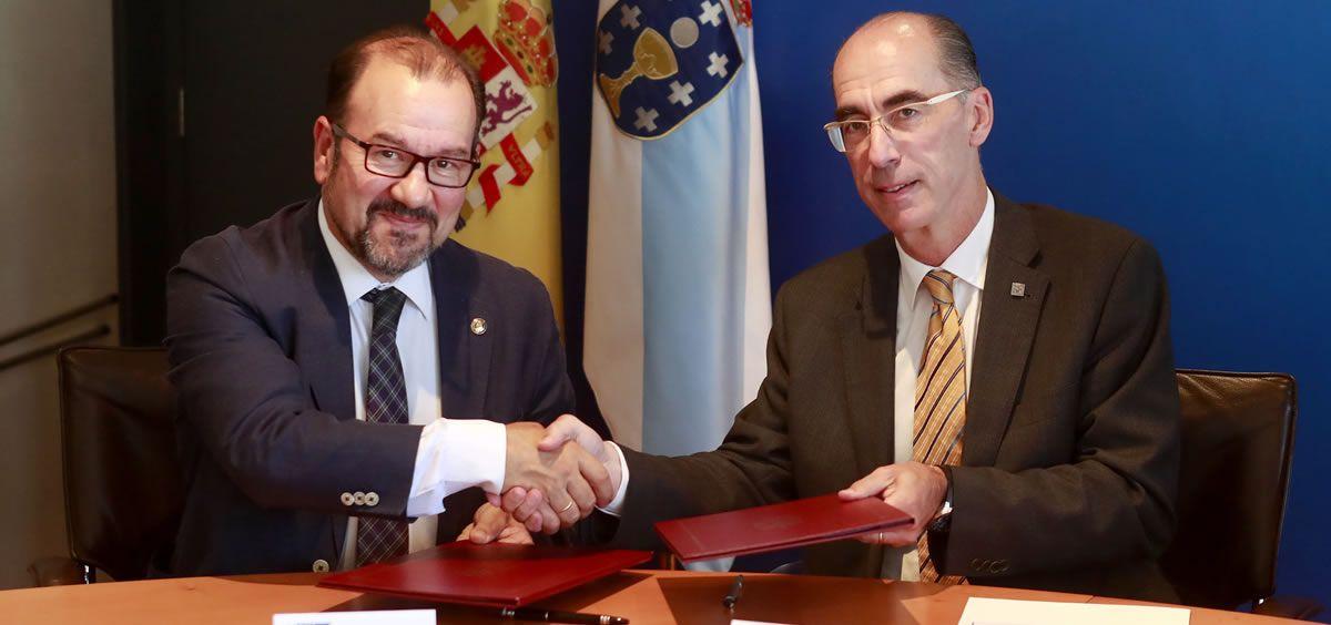 El consejero de Sanidad, Jesús Vázquez Almuiña, y el rector de la USC, Antonio López Díaz (Foto. Xunta de Galicia)