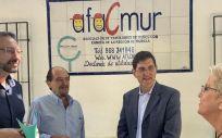 El consejero de Salud, Manuel Villegas, visitó hoy la sede de la Asociación de Familiares de Niños con Cáncer (Afacmur). (Foto. CARM)
