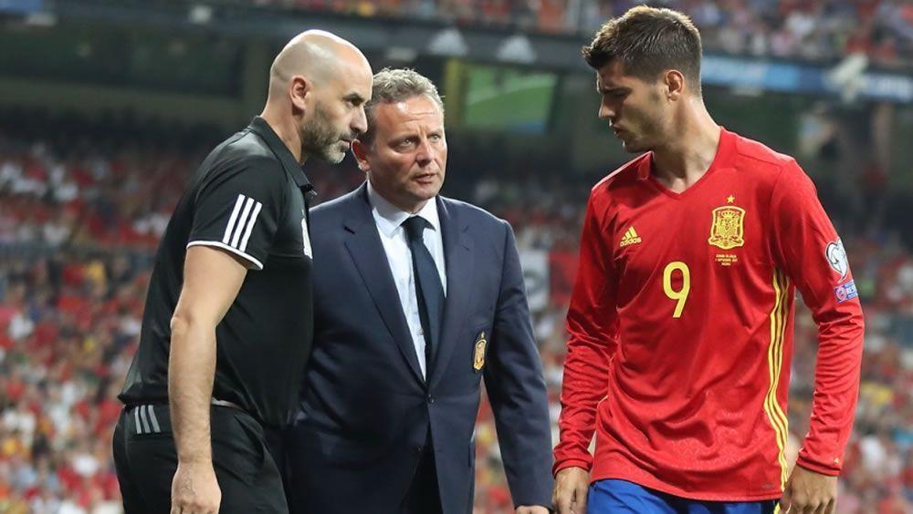 El doctor Juan José García Cota, en el centro de la imagen, conversa con el delantero de la Selección Española, Álvaro Morata (Foto: Cedida por la RFEF)