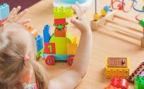 Niña menor con juguetes (Foto. Freepik)