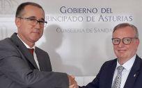 El consejero de Salud, Pablo Fernández Muñiz, junto a su antecesor al frente de la Consejería, Francisco del Busto. (Foto. @pifermu)