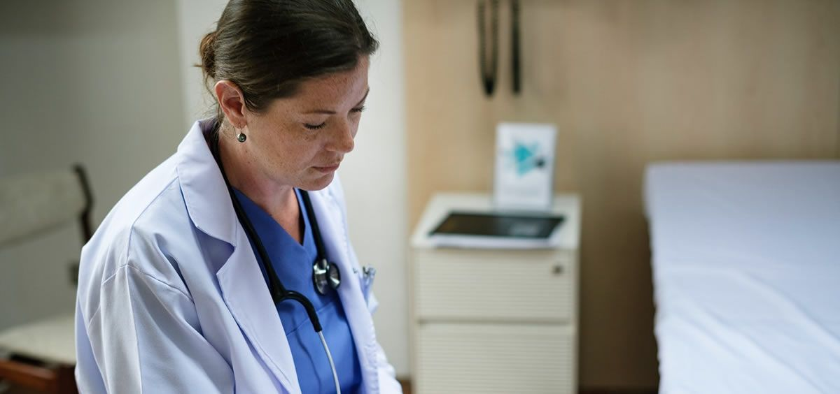 Médica en consulta. (Foto. Rawpixel)