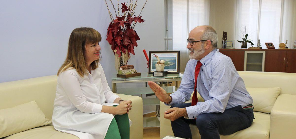 Miguel Rodríguez y Silvia Abascal durante la reunión en la sede de la Consejería de Sanidad de Cantabria (Foto. Gobierno de Cantabria)
