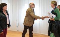 Miguel Rodrígez saluda a Isabel Rodríguez Gaitán momentos previos al encuentro que han mantenido en la Consejería de Sanidad (Foto. Raúl Lucio)