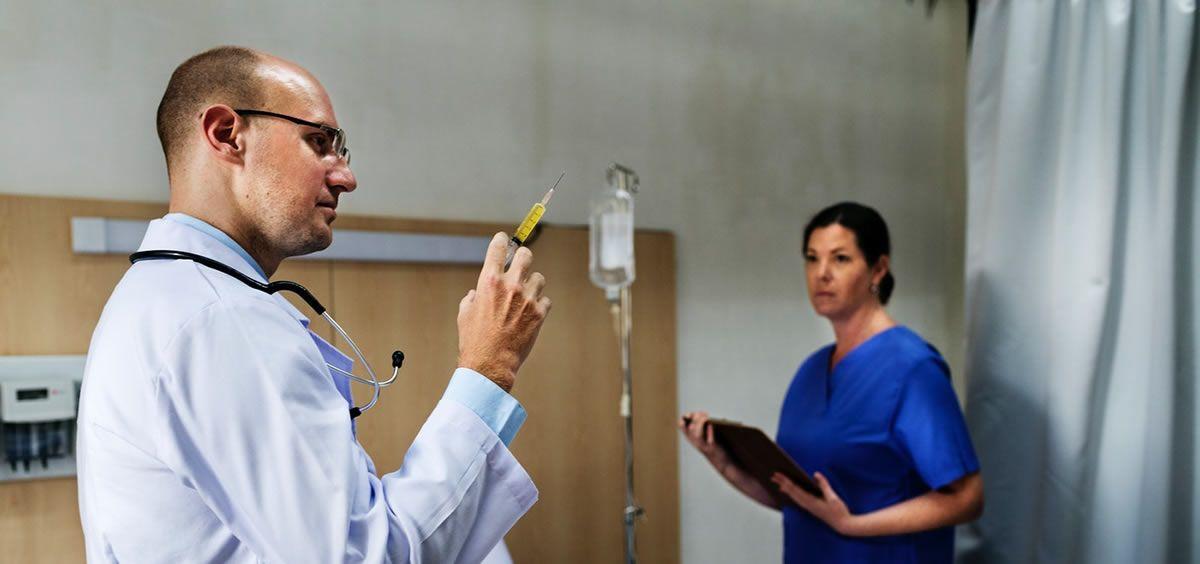 Médico y enfermera en un hospital. (Foto. Rawpixel)