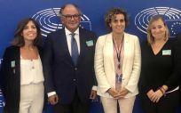 La eurodiputada por el PP, Dolors Montserrat (en el centro de la imagen), junto a Ángel Luis Rodríguez de la Cuerda, secretario general de Aeseg (segundo por la izquierda) (Foto: Aeseg)