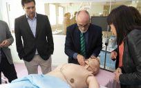 El consejero de Sanidad ha visitado hoy las salas de simulación clínica durante su recorrido por el Hospital Virtual (Foto. Miguel de la Parra)