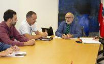 Vicente Alonso, José Antonio Campos, Santiago Raba, Miguel Rodríguez y Sara Negueruela durante la reunión celebrada esta tarde. (Foto. Ignacio Romero)
