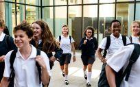 Escolares a la salida de un centro educativo. (Foto. Rawpixel)