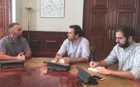 Rubén Sánchez, portavoz de Facua (izquierda), junto a miembros de Unidas Podemos (Foto: Izquierda Unida)