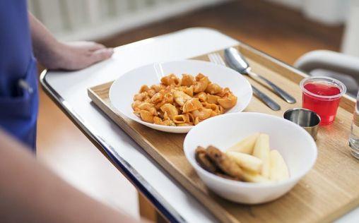 Comida procesada y lotes caducados, entre las quejas de los sanitarios por los menús del Sacyl