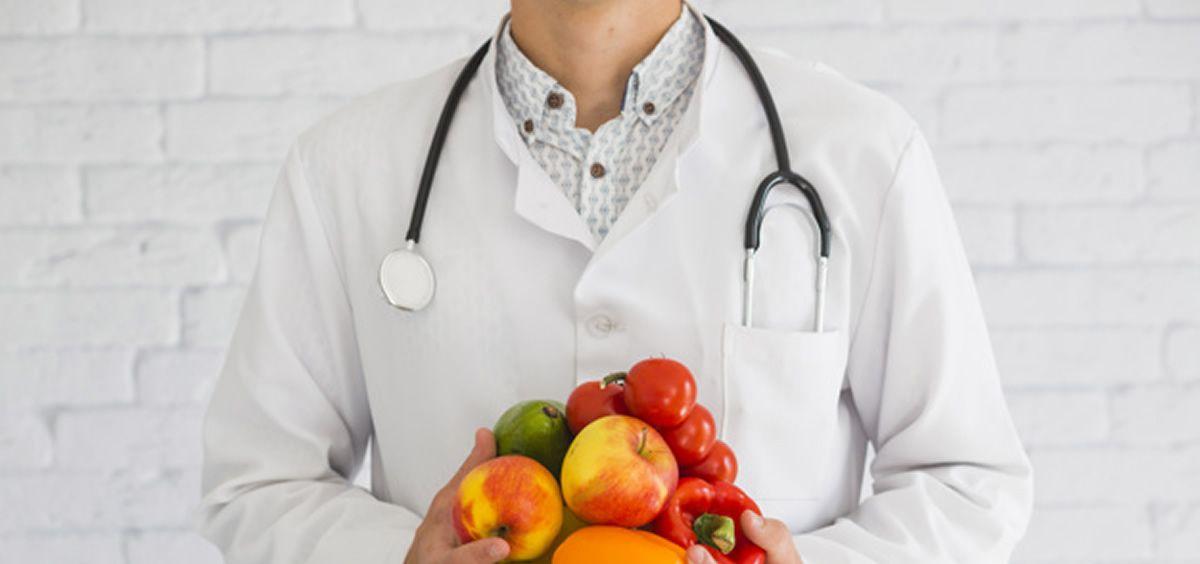 Imagen de un médico portando alimentos. (Foto. Freepik)
