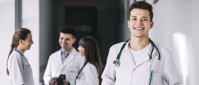 Médicos jóvenes (Foto: Freepik)