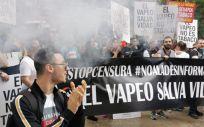 Manifestantes ante las puertas del Ministerio de Sanidad en defensa del cigarrillo electrónico. (Foto. Twitter @Lanzusky)