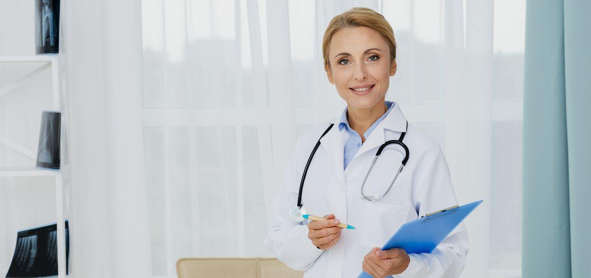 Médica en su consulta (Foto. Freepik)