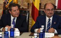 Los presidentes autonómicos de Castilla-La Mancha y Aragón, Emiliano García-Page y Javier Lambán, durante su reunión en Molina de Aragón. (Foto: Gobierno de Castilla-La Mancha)