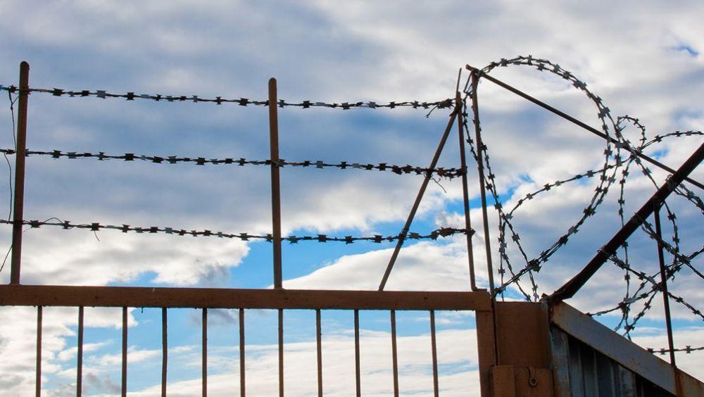 Valla de alambres en una cárcel (Foto: Freepik)