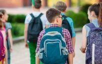 Niños y niñas con mochilas escolares (Foto. Universidad Politécnica de Madrid)